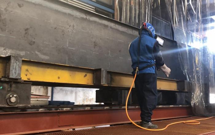 """Nam Việt xây dựng """"Nhà phun bi"""" đảm bảo cho việc làm sạch bề mặt kết cấu thép và chất lượng sơn hoàn hảo cho cầu trục..."""